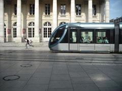 Le_grand_theatre___tram_et_skateur_a_100_.jpg